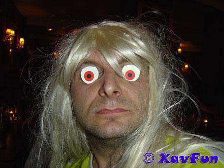 blonde aux yeux rouge
